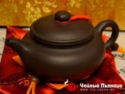 """<p>Форма: Фанг Ху, в переводе означает """"античный (древний) чайник"""" или """"чайник традиционной формы"""". Мастер: Циан Линцюан. Объем: 240 мл. Размер: 14,5 Х 7,5 см. </p>"""