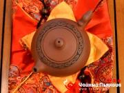 """<p>Форма: Пянь Си Ши. Назван в честь одной из четырех великих красавиц Древнего Китая Си Ши. Его прекрасная полная форма напоминает круглое лицо красавицы Си Ши. Дополнение """"пянь"""" означает """"низкий"""". Мастер:  Лю Нащюан.</p>"""