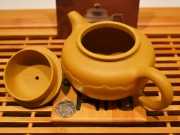"""<p>Форма: Фанг Ху, в переводе означает """"античный (древний) чайник"""" или """"чайник традиционной формы"""".  Мастер: Ин Сюанминь.</p>"""